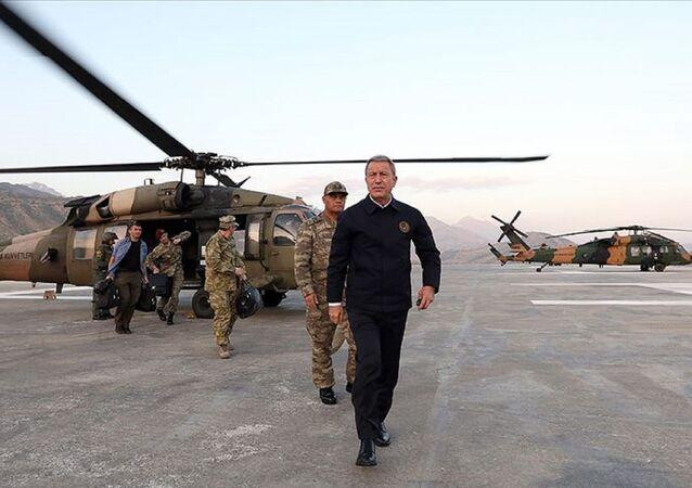 Milli Savunma Bakanı Hulusi Akar, Karargah'ta yapılan kısa durum değerlendirmesinin ardından, TSK'nin komuta kademesiyle Suriye sınırına gitti.