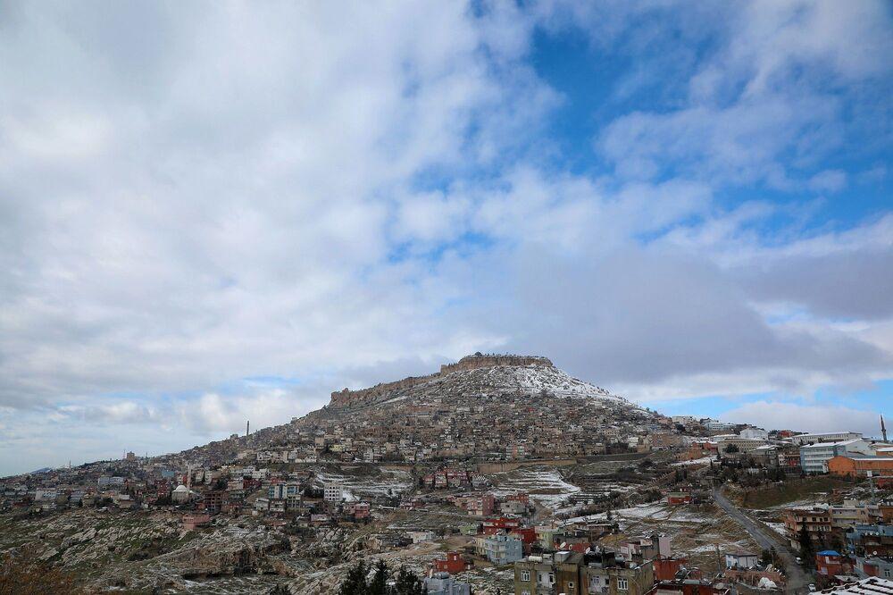 Kış aylarında yağan kar ve kalenin üstünden eksilmeyen bulutlar, güzel bir manzara ortaya çıkarıyor.