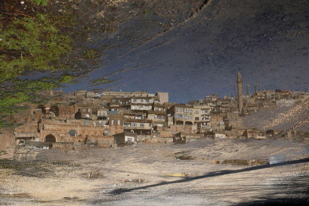 Tarihi evlerin suya yansıması bir tablo izlenimi veriyor
