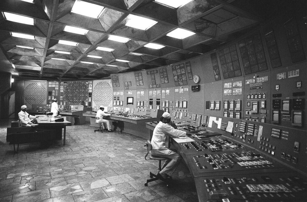 Pripyat kentindeki Çernobil Nükleer Santrali'nin çalışanları iş başındayken...1985 yılı.