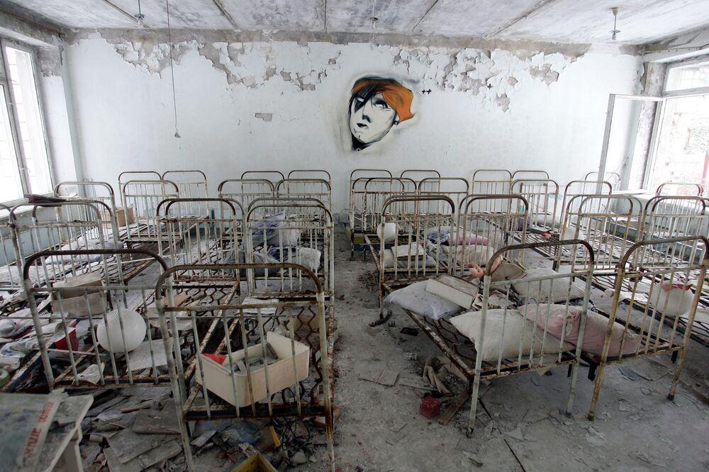Terk edilmiş Pripyat'ta eskiden çocuk yuvasının bulunduğu binadan bir kare.