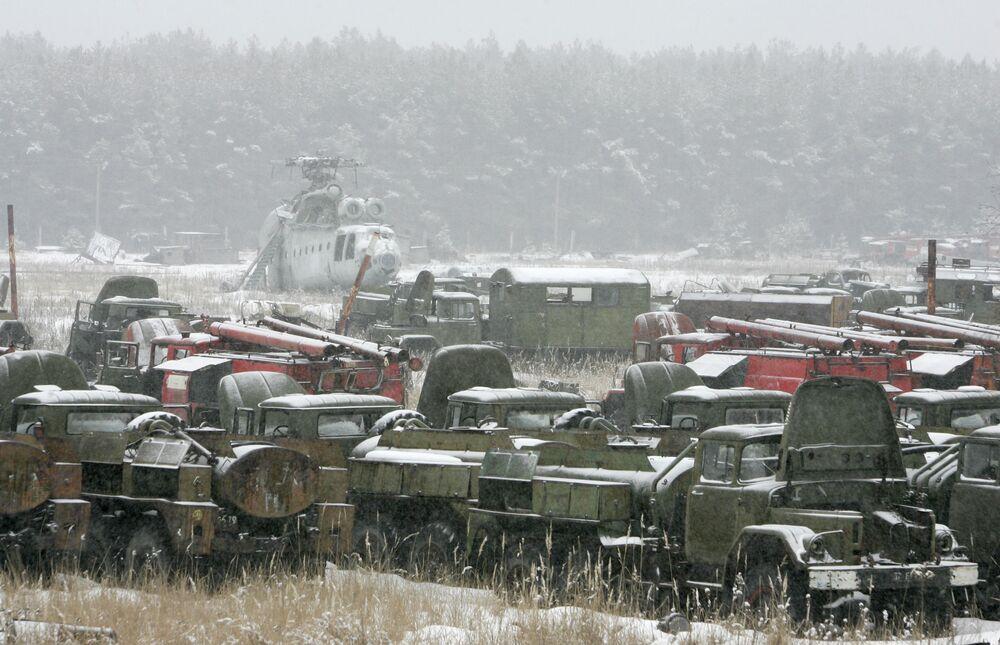 Pripyat yakınlarındaki araç mezarlığında bulunan Çernobil faciası sonuçlarının ortadan kaldırılması çalışmalarına katılan araçlar.