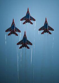 Rus hava akrobasi gruplarına ait uçaklar hava gösterisi sırasında.