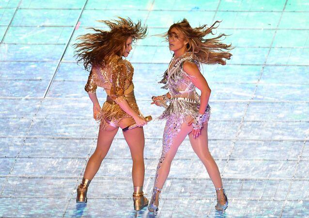 Miami'de düzenlenen ve dünyanın en çok izlenen spor etkinliklerinden olan Amerikan Futbolu Ligi'nin şampiyonluk mücadelesi Super Bowl devre arası şovuna dünyaca ünlü iki şarkıcı  Jennifer Lopez (sağda)  ve Shakira'nın (solda) düyeti damga vurdu. Sahneye çıkan ikili şovlarıyla kendilerine hayran bıraktı.