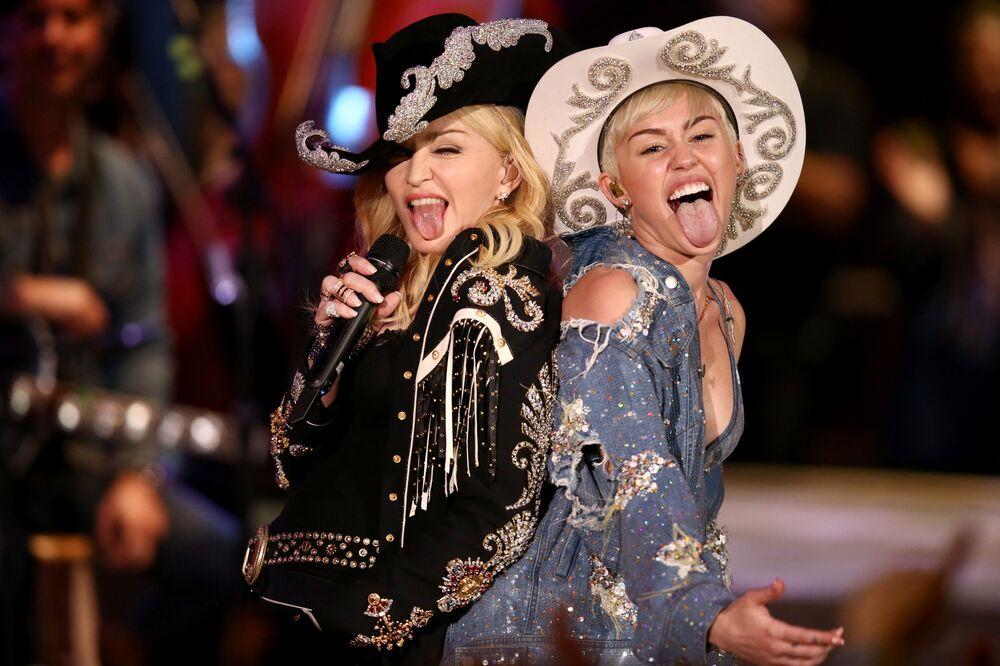 2014 MTV Müzik Ödülleri'nde düete imza atan Madonna (solda)  ve Miley Cyrus (sağda). İkilinin düet esnasında dilini çıkarmaları magazin gündemine bomba gibi düştü.