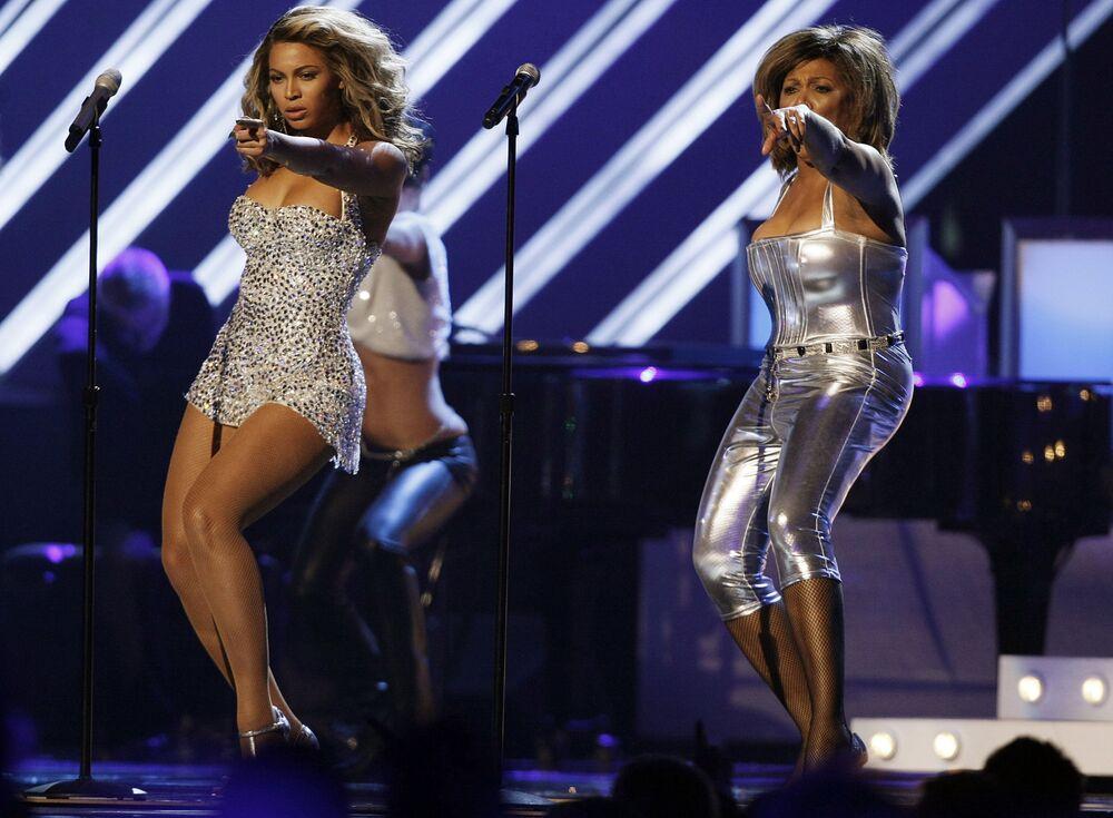 Beyonce ve efsane şarkıcı Tina Turner (sağda)  2008 Grammy gecesinde Turner'a 1972 yılında Grammy kazandıran Proud Mary şarkısını seslendirerek izleyenlere inanılmaz dakikalar yaşattı.