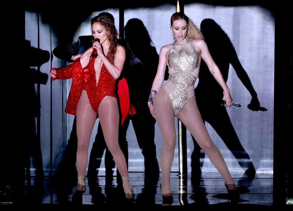 2014 Amerikan Müzik Ödülleri töreninde  düet yapan Jennifer Lopez (solda) ve Iggy Azalea.