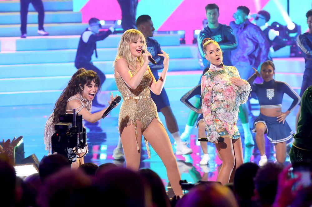 Kaliforniya'da düzenlenen 2019 Amerikan Müzik Ödülleri gecesinde düet yapan (soldan sağa) Camila Cabello, Taylor Swift ve Halsey.