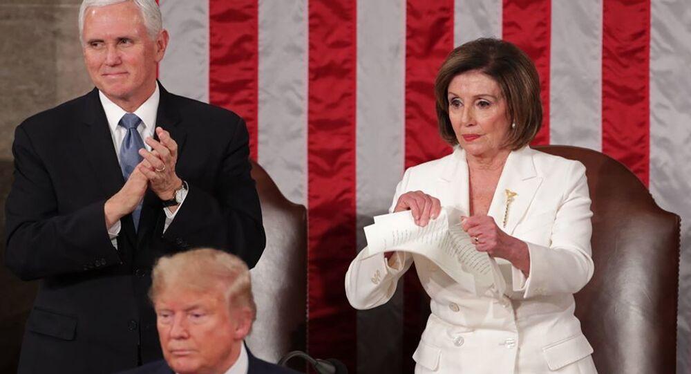 Trump'ın konuşması sırasında arkasında Başkan Yardımcısı Mike Pence ve Temsilciler Meclisi Başkanı Nancy Pelosi yer aldı.  Pelosi'nin Trump'ın konuşma metninin kopyasını yırtıp atması da kameralara yansıdı.