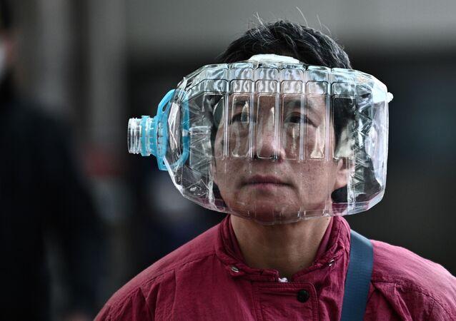 Hong Kong'da artan talep nedeniyle maske sıkıntısı yaşandığı için insanlar kendilerini korumak amacıyla alternatif yollara başvurmak zorunda kalıyor.