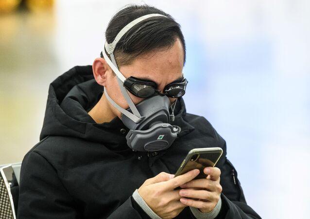 Koruyucu maske ve yüzme gözlükleri takan bir Hong Kong'lu.