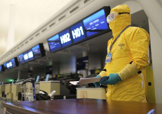 Salgının ortaya çıktığı Vuhan kentindeki Tianhe Uluslararası Havaalanı'nda tahliye uçuşları işlemleriyle ilgilenen koruyucu kıyafetli görevli.