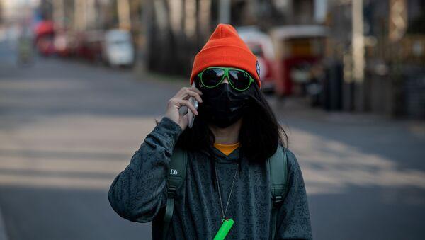 Çin'deki koronavirüs salgını nedeniyle maske takan insanlar - Sputnik Türkiye