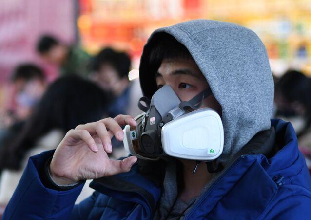 Dünya Sağlık Örgütü Türkiye Ofisi Program Yöneticisi Prof. Dr. Toker Ergüder, yeni tip koronavirüs salgınıyla ilgili, Maskeler sizin başkasından virüs almanızı engellemiyor. Maskeler, hastalığınızın damlacık yoluyla başkalarına bulaşmasını önlüyor. O yüzden biz genel topluma maske takmayı çok önermiyoruz dedi.