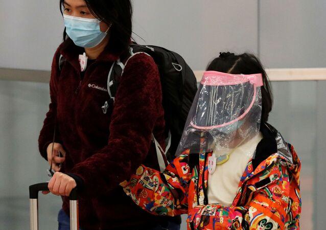 Hong Kong'da el yapımı maske takan çocuk.