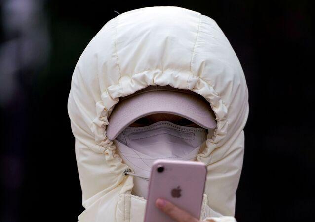 Koronavirüs salgını nedeniyle hayatını kaybedenlerin sayısı her geçen gün artarken dünya hastalığa karşı teyakkuzda. Fotoğrafta: Koruyucu maske takan Çin'li bir kadın.