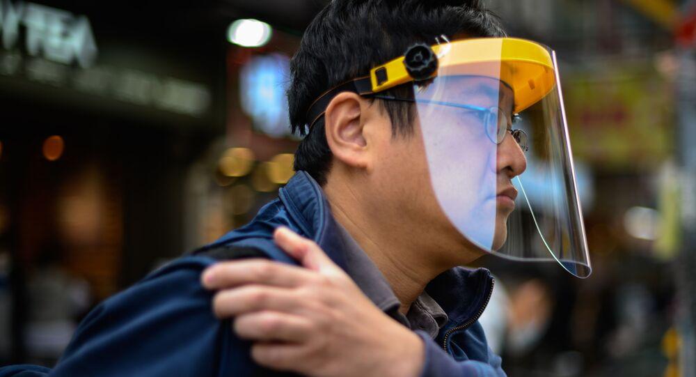Hong Kong'da koruyucu maske takan bir adam.