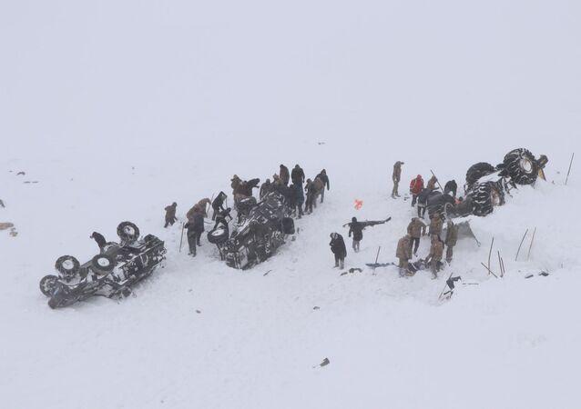 Van'da çığ altında kalanları arayan ekibin üstüne çığ düştü