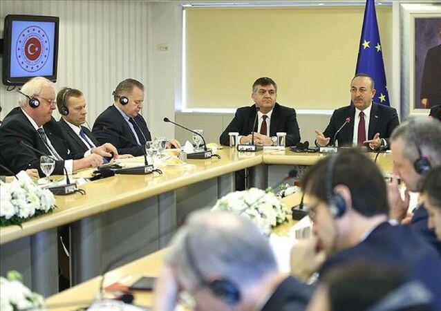 Dışişleri Bakanı Mevlüt Çavuşoğlu, Dışişleri Bakanlığı AB Başkanlığında, AB ülkelerinin Ankara büyükelçileriyle bir araya geldi.