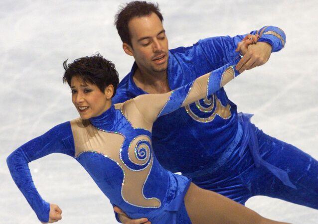 Artistik buz pateninin çiftler kategorisinde iz bırakan Sarah Abitbol (solda) ile Stephane Bernadis