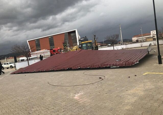 Manisa'da okul kantinin çatısı uçtu: Bir öğrenci yaralandı