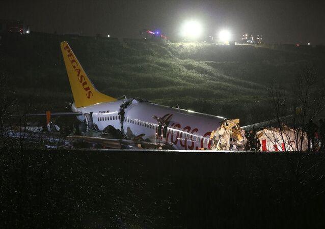 Sabiha Gökçen Havalimanı'na iniş yapan bir uçak pistten çıktı. Olay yerine çok sayıda itfaiye ve sağlık ekibi sevk edildi.