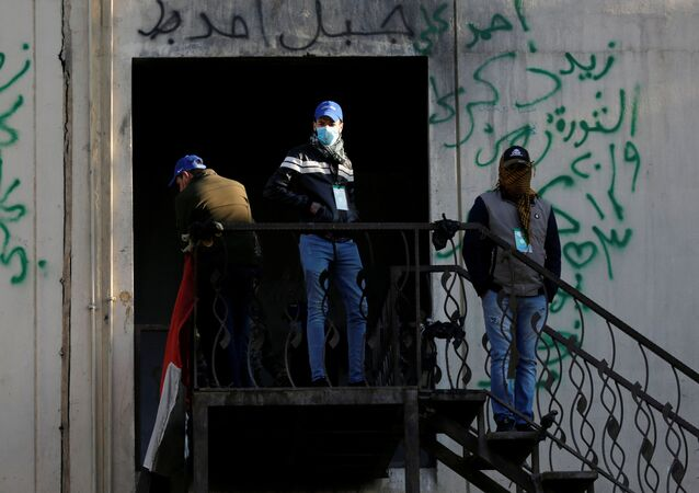 Irak'ta protestocuları korumaları ve gösteri alanlarında güvenliği sağlamaları için kurulan 'Mavi Şapkalılar' adlı grup üyeleri
