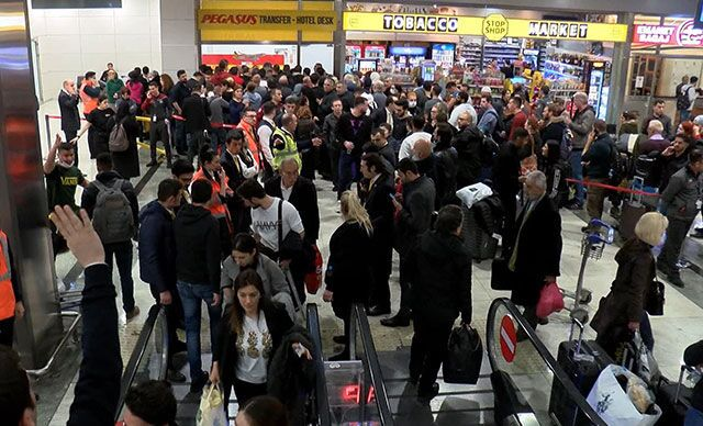 Sabiha Gökçen Havalimanı'nda yaşanan uçak kazasının ardından seferler iptal edildi. Havalimanında yolcu yoğunluğu oluştu. Yolcular otellere ve İstanbul Havalimanı'na yönlendirildi.