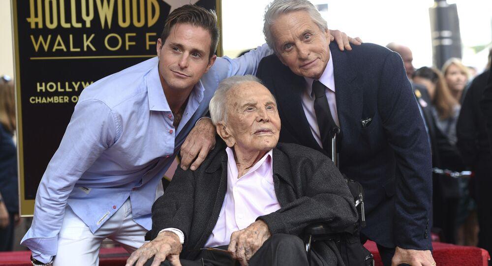 Oyuncu Michael Douglas (sağ), babası Kirk Douglas (orta) ve oğlu Cameron Douglas (sol) ile birlikte