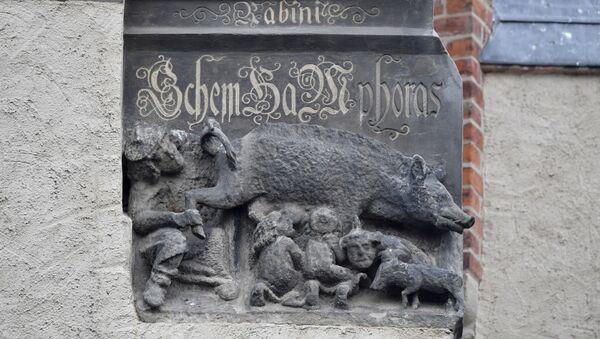 Almanya'nın Wittenberg kentindeki St. Mary Kilisesi'nin (Stadtkirche) dış cephesinde bulunan Yahudi karşıtı heykel - Sputnik Türkiye