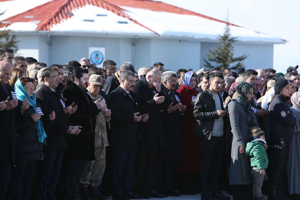 Düzenlenen törende yaşamını yitiren güvenlik güçlerinin aileleri gözyaşlarına boğulurken, bazıları fenalık geçirdi. Cenazeler ağıtlarla uğurlandı.