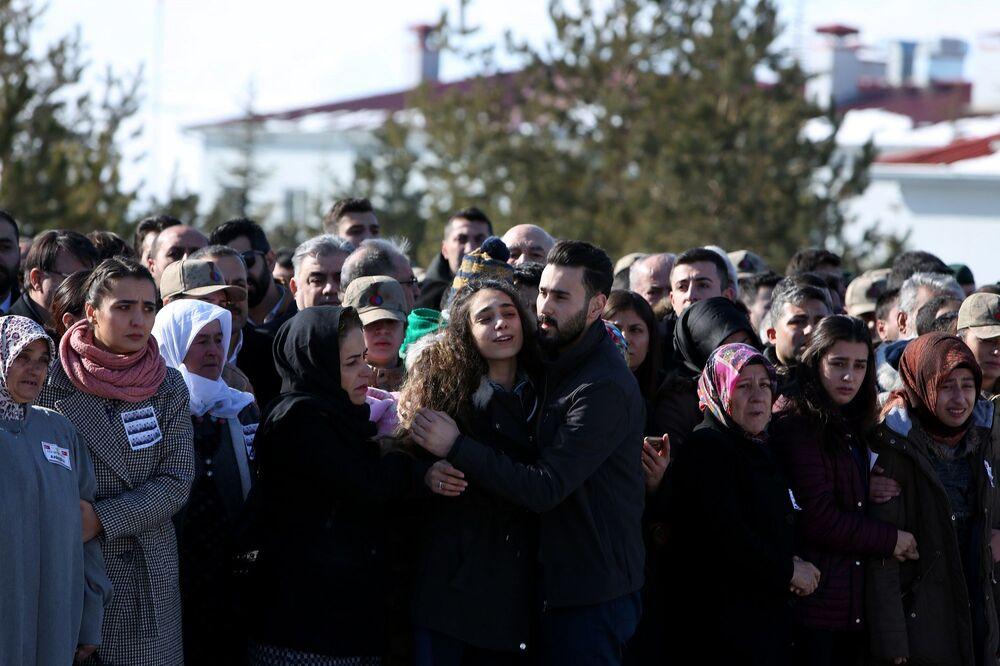 Güvenlik görevlileri tarafından alınan cenazeler için masalara konuldu.