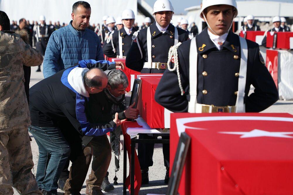 Van'ın Bahçesaray İlçesi'nde 39 kişinin yaşamını yitirdiği çığ felaketinde, arama kurtarma çalışması yaparken yaşamını yitiren güvenlik güçleri için Van Jandarma Filo Komutanlığı'nda tören düzenlendi.