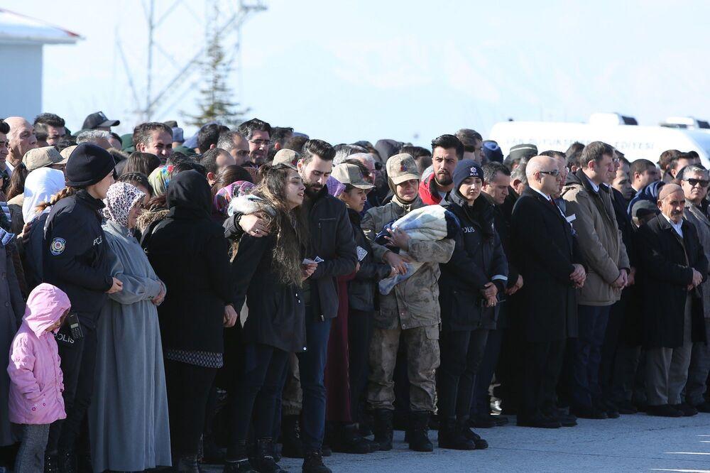 Hakkari'nin Çukurca ilçesinde el bombasının patlaması sonucu yaşamını yitiren Piyade Sözleşmeli Er Özgür Çelik ile çığda yaşamını yitiren 11 asker, 9 korucu ve 2 itfaiye eri için düzenlenen cenaze törenine İçişleri Bakanı Süleyman Soylu ile Sağlık Bakanı Fahrettin Koca da katıldı.