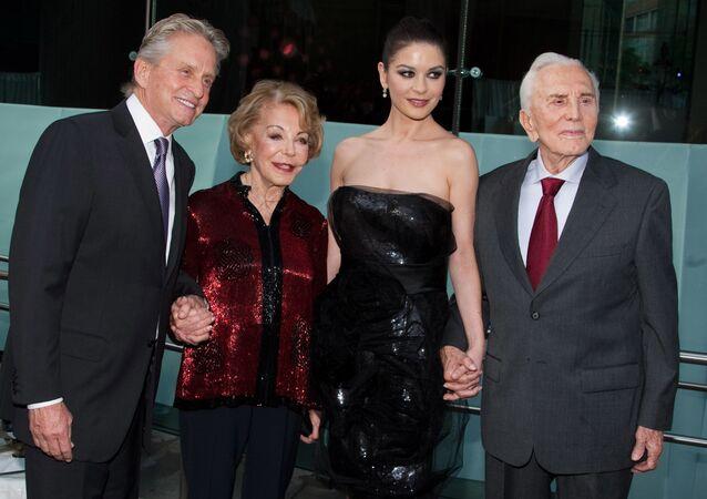 (sağdan solan) Kirk Douglas, oğlu Michael'in eşi oyuncu Catherine Zeta-Jones, eşi Anne Douglas ve oğlu Michael Douglas, New York'taki Chaplin Ödülleri galasında, 2010