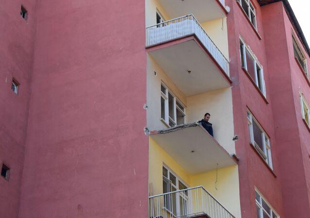 Malatya'da, depremde hasar gören binada demirleri sökerken düşen hurdacı öldü