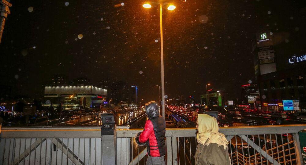 İstanbul'da kar yağışı, Cevizlibağ bölgesinde de etkili oldu.