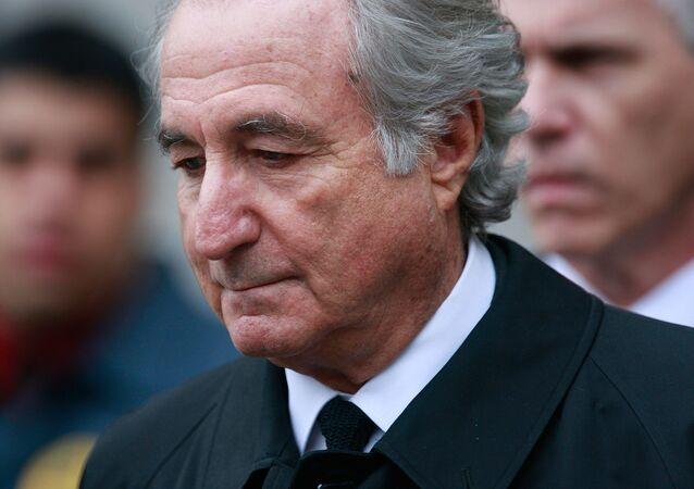 Bernard Madoff, Mart 2009'da New York'taki Manhattan Federal Mahkemesi'nden çıkarken