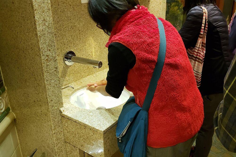Japonya'da karantinaya alınan geminin yolcuları elleri yıkarken...