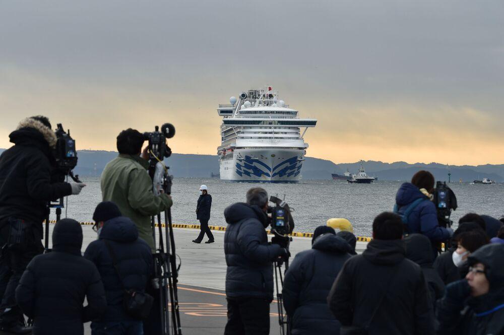 Japonya'nın Yokohama limanında günlerdir karantina altında bulunan ve 3711 kişiyi taşıyan 'Diamond Princess' adlı lüks yolcu gemisindeki vaka sayısı son 24 saatte 61'e yükseldi.