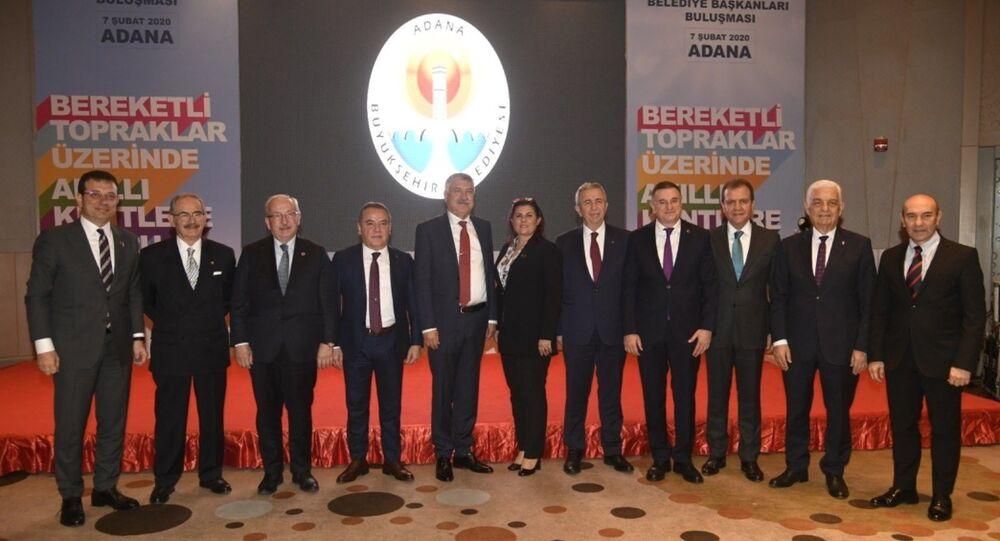CHP'li büyükşehir belediye başkanları, Adana'da bir otelde düzenlenen Bereketli Topraklar Üzerinde - Akıllı Kentlere Doğru adlı programda bir araya geldi.