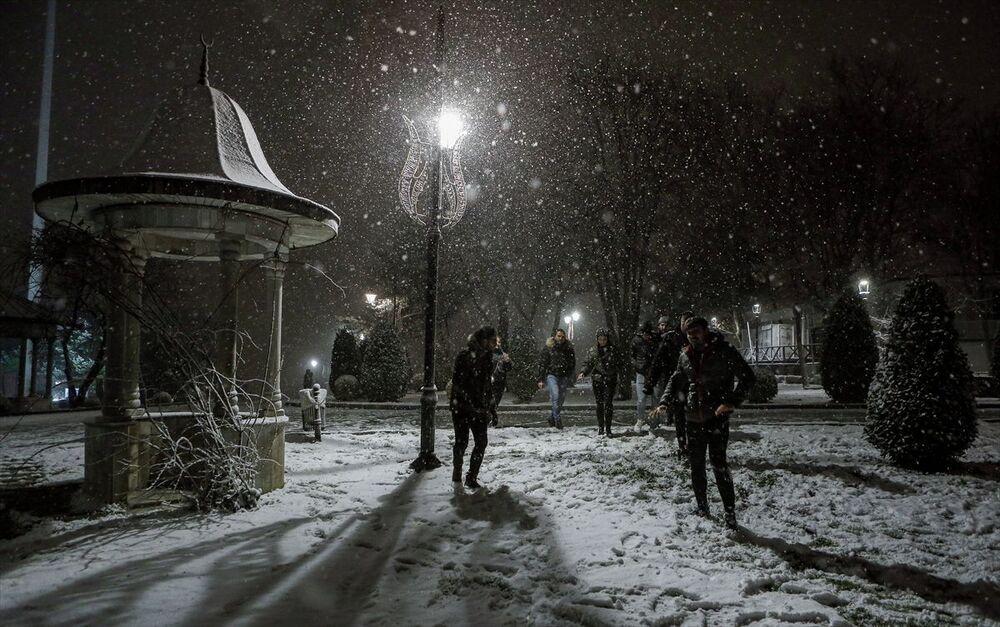 İstanbul'da gece yarısından itibaren başlayan kar yağışı, Çamlıca bölgesinde etkili oldu.