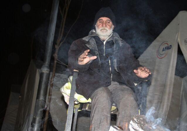 Elazığ'da 24 Ocak'ta meydana gelen 6.8 büyüklüğündeki depremde 3 yıldır belden aşağı kısmi felçli olup yatağa bağlı yaşadığı ileri sürülen 70 yaşındaki Kenan Gül, deprem anında panikle kendini dışarı atıp yürümeye başladığını söyledi.