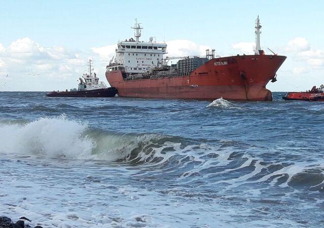 Yalova-İstanbul arasında motor arızası yapan petrol tankeri, şiddetli rüzgar sebebiyle Çınarcık sahilinde karaya oturdu.