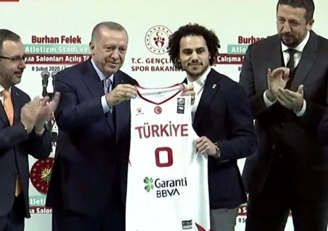 Erdoğan'dan Shane Larkin'e Türk milli takım forması