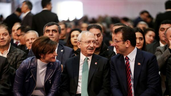 Kongreye, CHP Genel Başkanı Kemal Kılıçdaroğlu (ortada), İstanbul Büyükşehir Belediye Başkanı Ekrem İmamoğlu (sağda), CHP İstanbul İl Başkanı Canan Kaftancıoğlu (solda) da katıldı. - Sputnik Türkiye