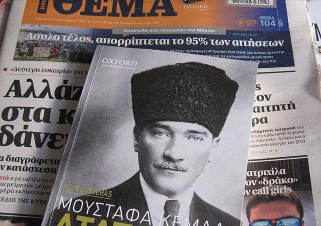Yunan gazetesi Atatürk'ün hayatını anlatan kitap dağıttı.