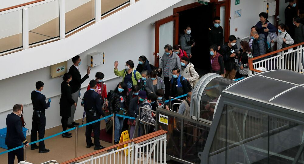 Hong Kong limanında koronavirüs karantinasına alınan World Dream gemisinden ayrılan yolcular