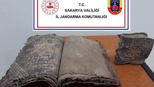 Sakarya'da jandarma ekiplerince tarihi eser kaçakçılığına yönelik gerçekleştirilen operasyonda iki tarihi eser Tevrat ele geçirilirken, 6 şüpheli de gözaltına alındı. - Sputnik Türkiye