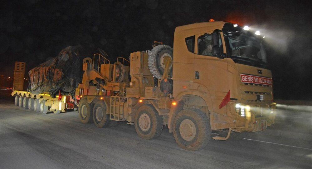 Suriye sınırına tank ile askeri malzeme ve personel taşıyan konvoy, Gaziantep'in İslahiye ilçesine ulaştı.